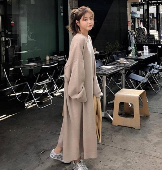 ニットワンピースを着た女性