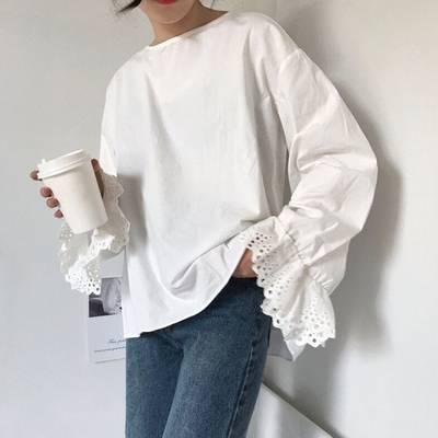 ボリューム袖ブラウスを着た女性