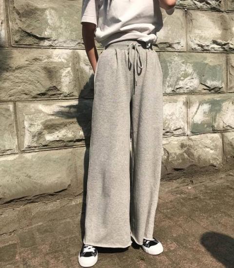 パンツを履いた女性