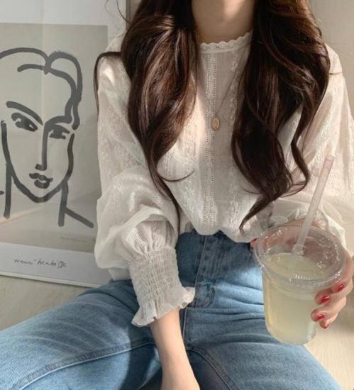 白ブラウスを着た女性