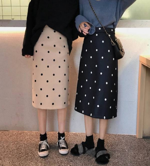 ドット柄のスカートを着た女性