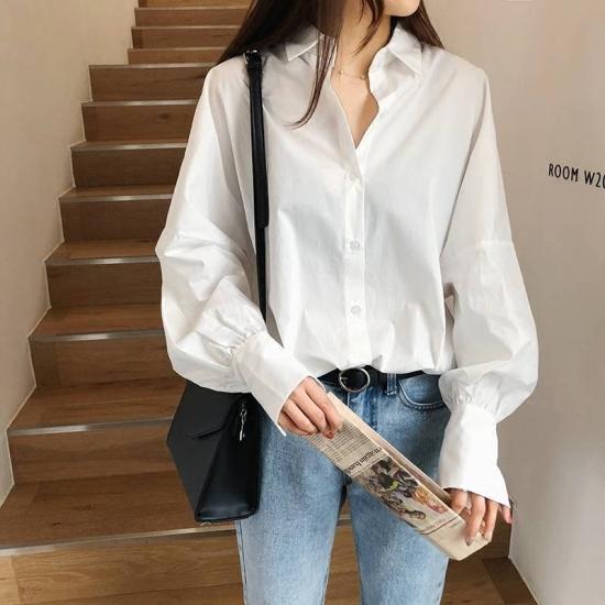 白シャツを着た女性