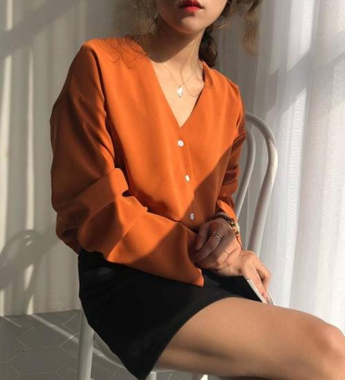 オレンジシャツを着た女性