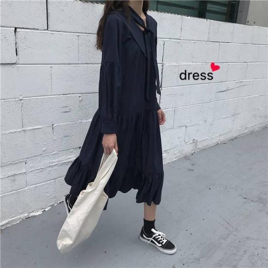 ティアードワンピースを着た女性