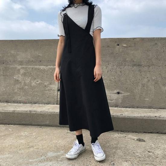 ワンショルダーのジャンパースカートを着た女性
