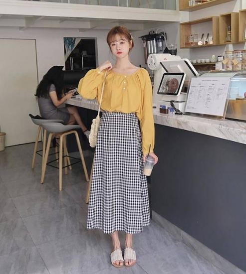ギンガムチェック柄スカートを履いた女性