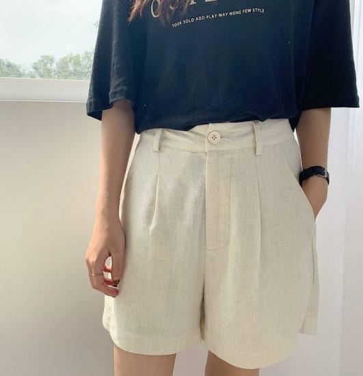 ショートパンツを履いた女性