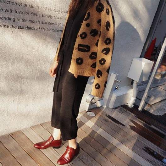 レオパード柄カーディガンを着た女性