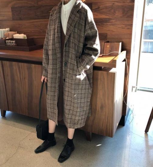 グレンチェック柄コートを着た女性
