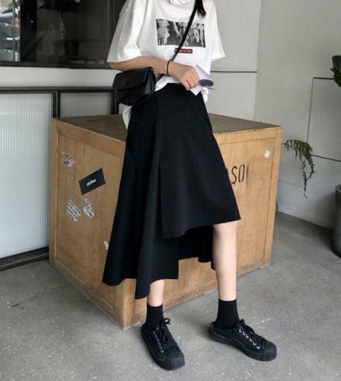 アシンメトリースカートを履いた女性