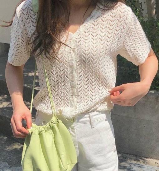 透かし編みカーディガンを着た女性
