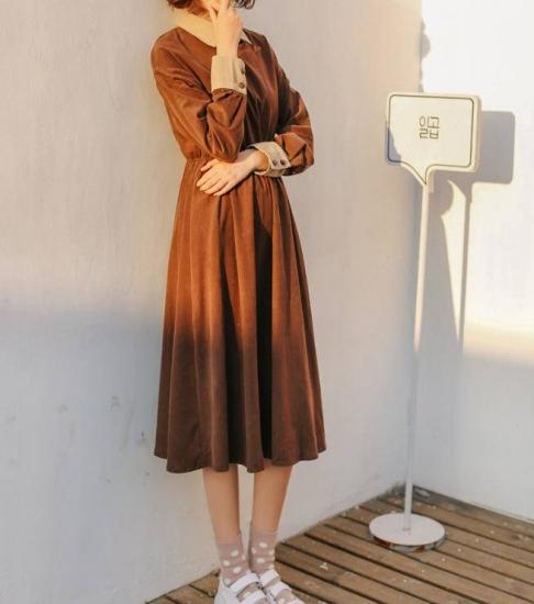 コーデュロイワンピースを着た女性