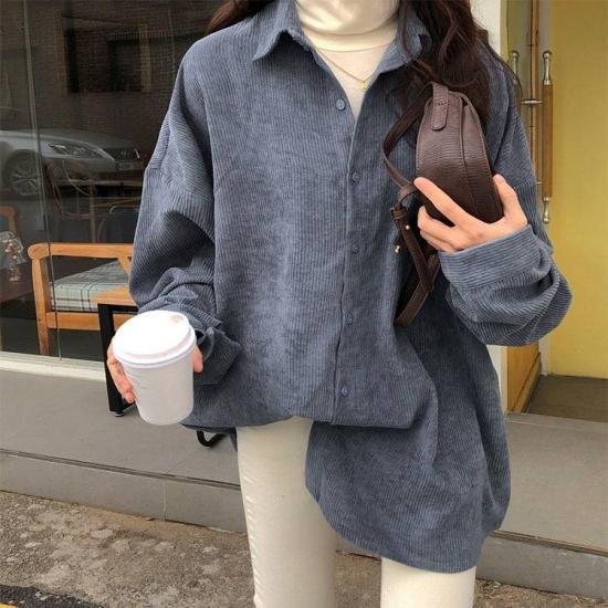 コーデュロイシャツを着た女性