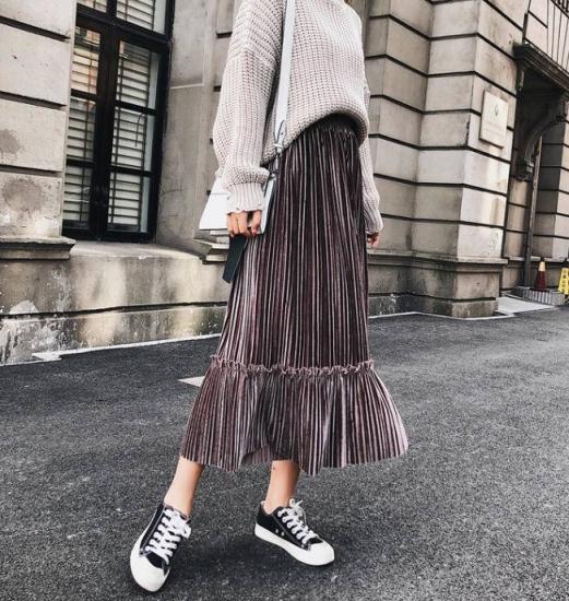 ベロアスカートを着た女性