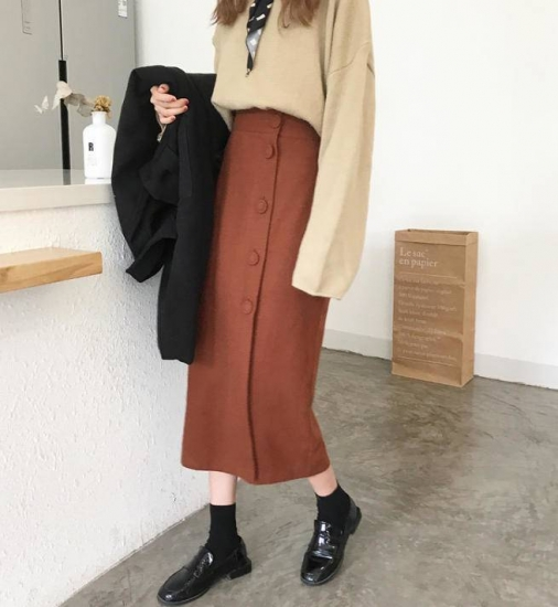 タイトスカートを着た女性