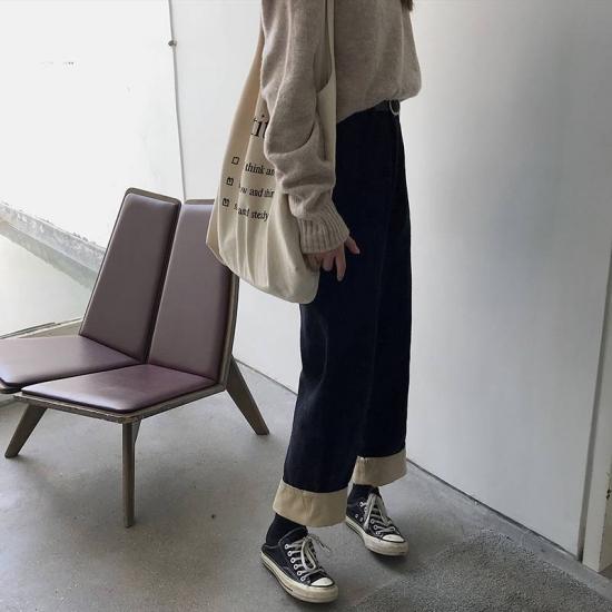 コーデュロイパンツを履いた女性