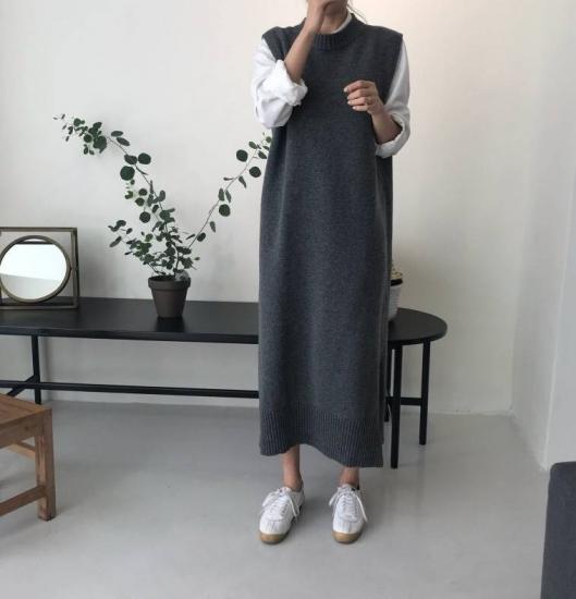 ニットベストワンピース グレー を着た女性