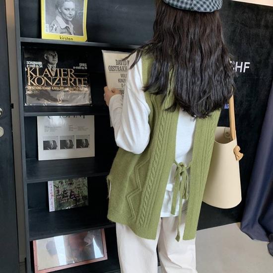 ニットベスト バックリボン を着た女性