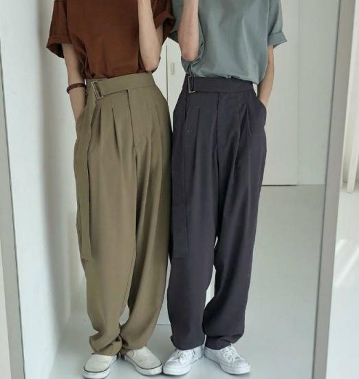 ワイドパンツを履いた女性