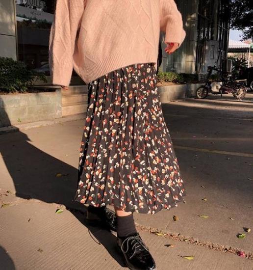 プリーツスカートを着た女性