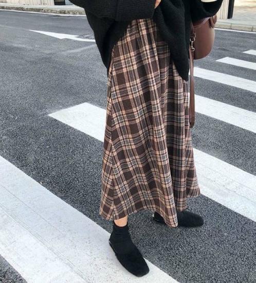 チェック柄スカートを履いた女性