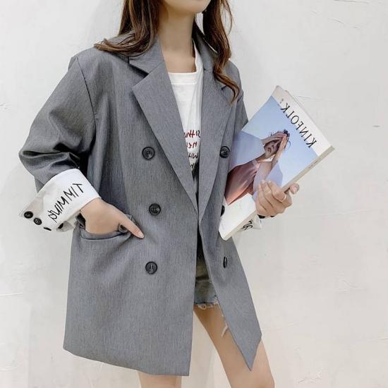 ジャケットを着た女性