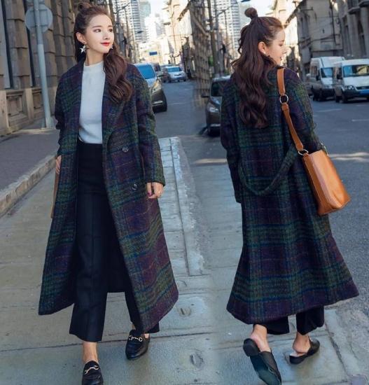 チェック柄コートを着た女性