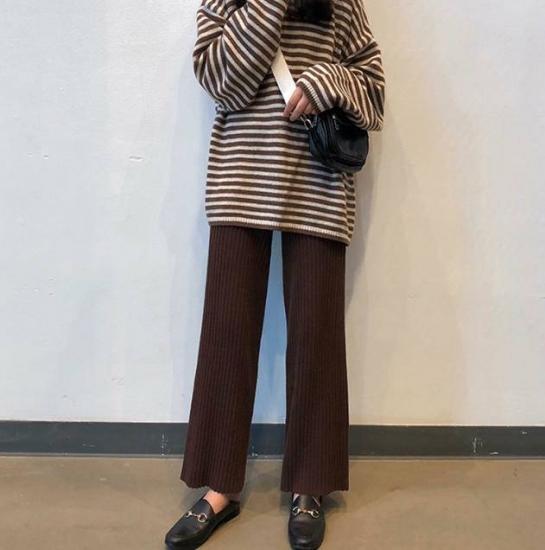 リブニットパンツを着た女性