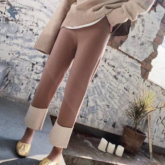 ニットパンツを着た女性