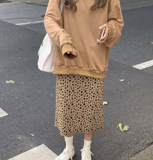 レオパード柄スカートを履いた女性