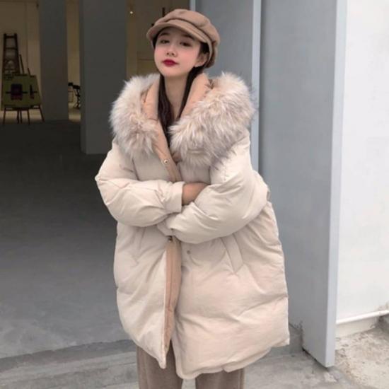 ダウンコートを着た女性