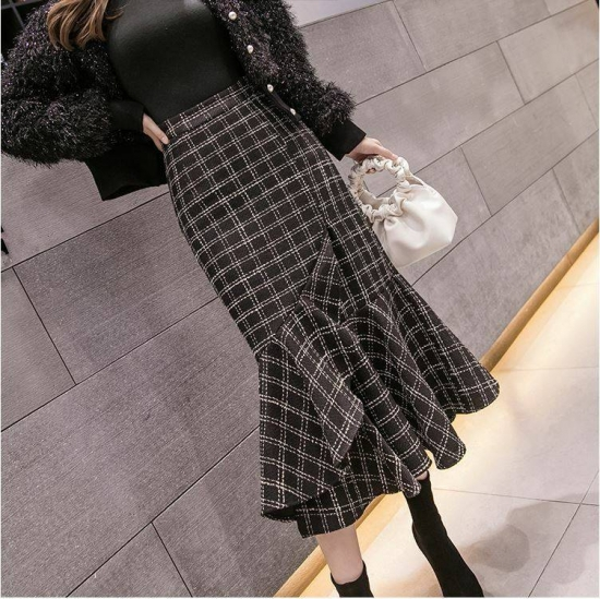 チェック柄スカートを着た女性