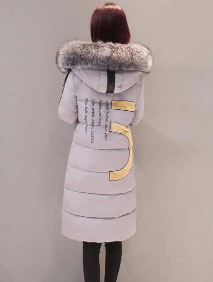 ロング丈ダウンを着た女性