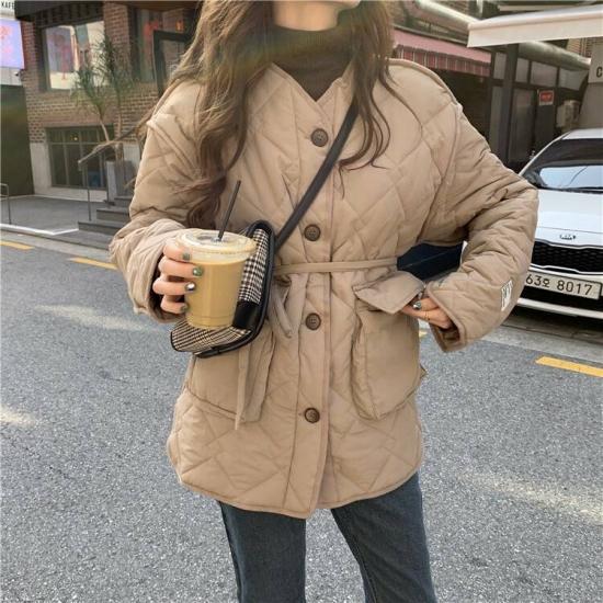 キルティングコートを着た女性
