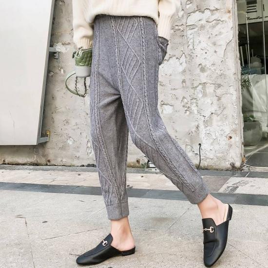 ジョガーパンツを履いた女性
