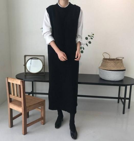 ニットベストを着た女性