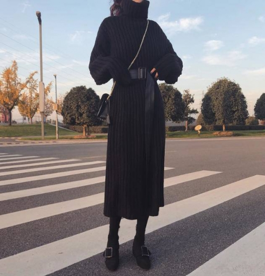 ブラックワンピースを着た女性