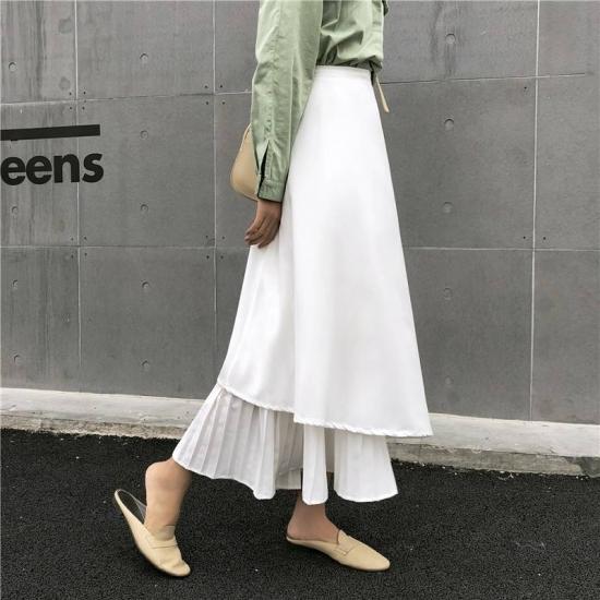 フレアスカートを着た女性