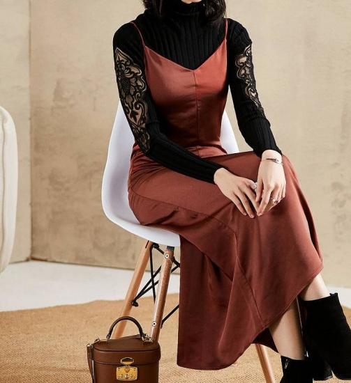 サテンサロペットを着た女性