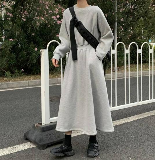 スウェットワンピースを着た女性