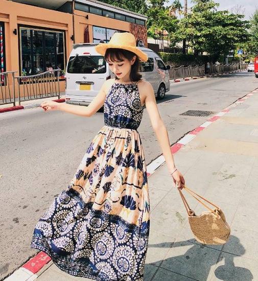 リゾートワンピースを着た女性