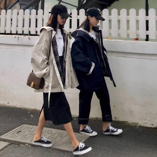 マウンテンパーカーを着た女性