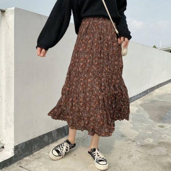 花柄スカートを履いた女性