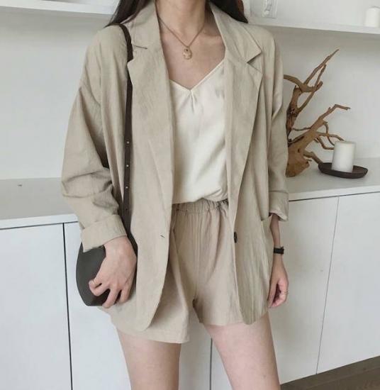 セットアップを着た女性