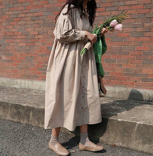 シャツワンピースを着た女性