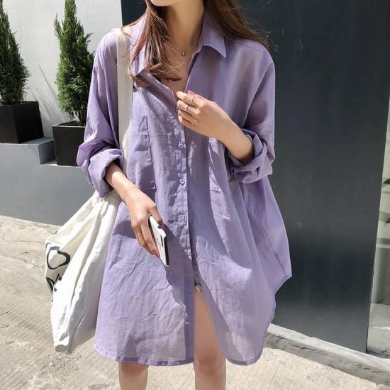 シャーベットカラーのシャツを着た女性