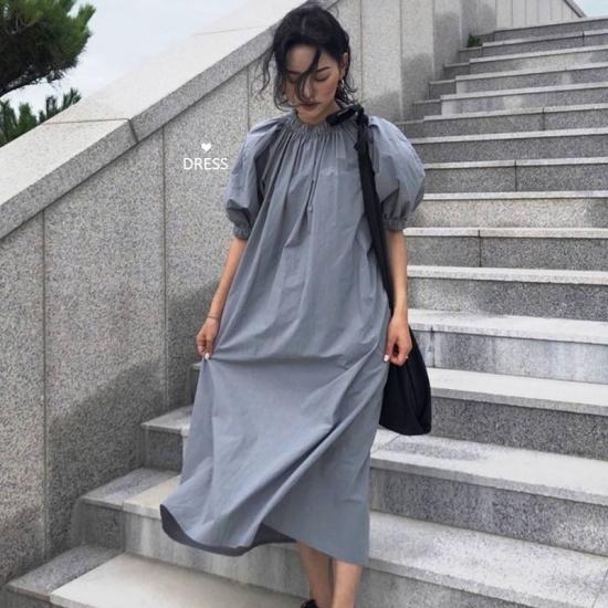 パフスリーブワンピースを着た女性