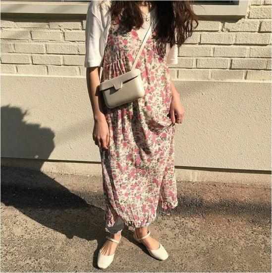 キャミワンピースを着た女性