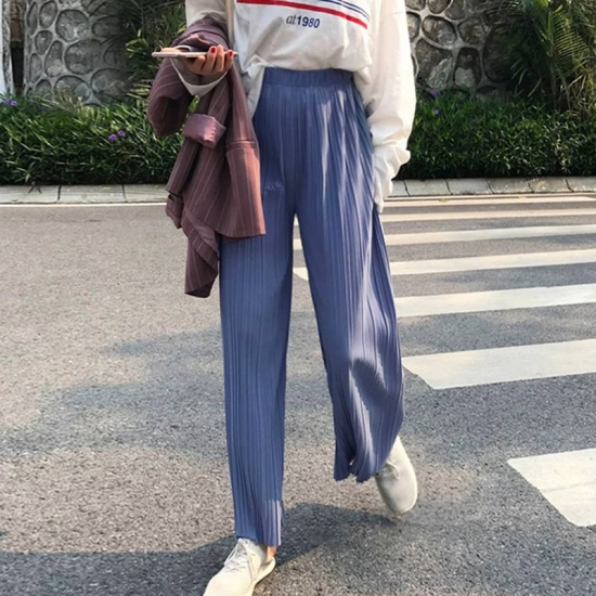 ウエストゴムパンツを履いた女性