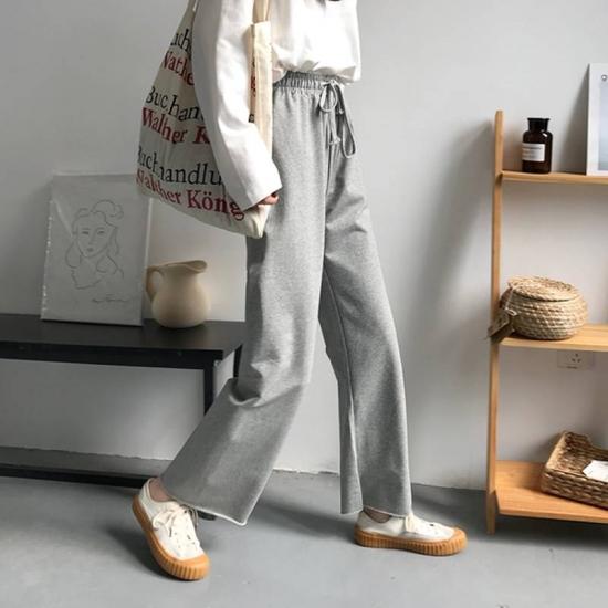 スウェットパンツを着た女性
